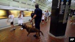 El sospechoso trabaja como policía en el metro de Washington.