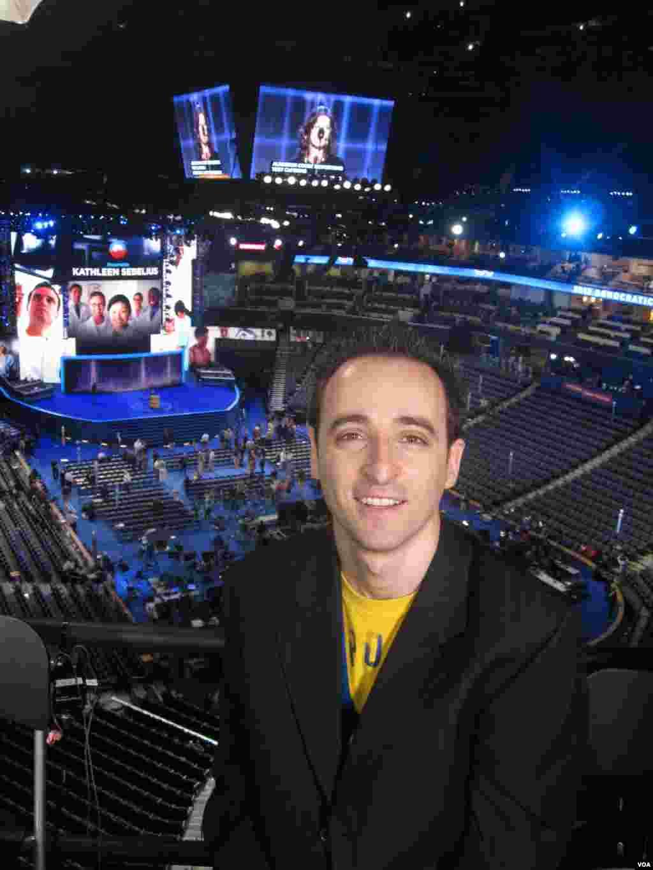 Nicolas Pinault, l'envoyé spécial de la Voix de l'Amérique à la Convention Démocrate à Charlotte.(Photo VOA)