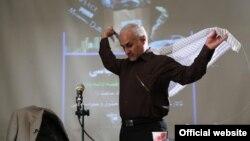 حسن عباسی به سخنرانیهای جنجالی در حمایت از جمهوری اسلامی و علیه غرب معروف است.