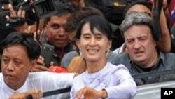缅甸民主派领导人昂山素季4月2日在仰光的全国民主联盟总部向记者和支持者发表讲话后向支持者们挥手致意