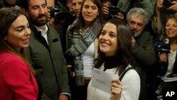 Pemimpin partai Ciutadans (Citizens) Ines Arrimadas memamerkan amplop surat suaranya sebelum memilih untuk pemilihan daerah Catalan di Barcelona, Spanyol, Kamis, 21 Desember 2017. (Foto: dok).