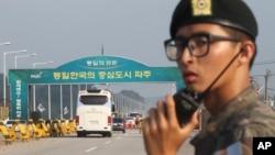 2013年8月14日南韓代表團乘坐的巴士啟程前往位於板門店附近的北韓開城