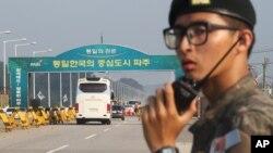 2013年8月14日韩国代表团乘坐的巴士启程前往位于板门店附近的朝鲜开城