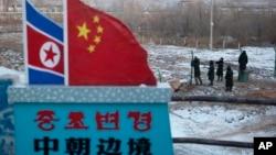 Cờ Bắc Triều Tiên và Trung Quốc tại một hàng rào gần biên giới hai nước ở tỉnh Cát Lâm, Trung Quốc.