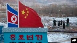 中国方面在吉林省图们市中朝边界线上竖起围栏。 (2012年12月8日)