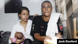 Warga AS Heather Mack (kiri), Tommy Schaefer dan bayi mereka, dalam bus penjara setelah mendapatkan vonis kasus pembunuhan dari Pengadilan Denpasar (21/4). (Reuters/Darren Whiteside)
