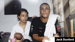 Heather Mack (kiri), yang menggendong bayinya, dan pacarnya Tommy Schaefer duduk di dalam bus penjara menyusul vonis atas mereka di Bali, April 2015. (Reuters/Darren Whiteside)