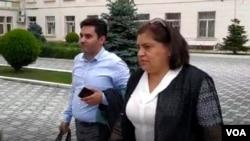 Sevinc Abbasova məhkəmə binasına girərkən