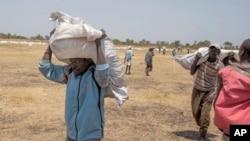Organizações levam comida aos desalojados