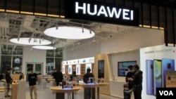 中国华为公司今年4月在台湾开设旗舰店 (美国之音张永泰拍摄 )