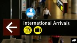 Sebuah tanda Kedatangan Internasional di Bandara Internasional Seattle-Tacoma di Seattle, 26 Juni, 2017.