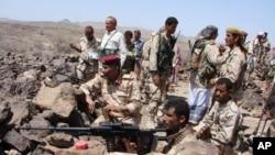 Tentara Yaman mengambil posisi dalam pertempuran melawan militan al-Qaida di provinsi Shabwa di bagian selatan negara itu (30/4).