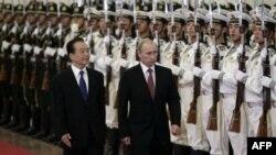 Thủ tướng Nga Vladimir Putin và Thủ tướng Ôn Gia Bảo duyệt hàng quân danh dự tại Bắc Kinh, ngày 11/10/2011