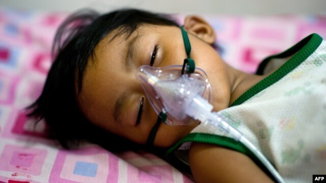 Pasien penyakit demam dengue yang dirawat di rumah sakit Quirino di Quezon City, Filipina. (Foto: Dok)