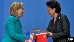Ngoại trưởng Hoa Kỳ Hillary Clinton (trái) và bà Lưu Diên Đông, Ủy viên Quốc Vụ Viện Trung Quốc
