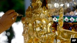 在泰国首都曼谷印度教神殿,一位僧侣在做法事。