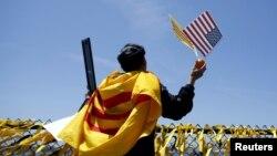 Trong khi chính quyền trong nước tổ chức ăn mừng ngày 30 tháng 4 thì người Việt hải ngoại xem 30 tháng 4 là một ngày tang chế cho đất nước và nỗi nhớ thương, hoài niệm của họ lại day dứt hơn mỗi dịp tháng tư về.