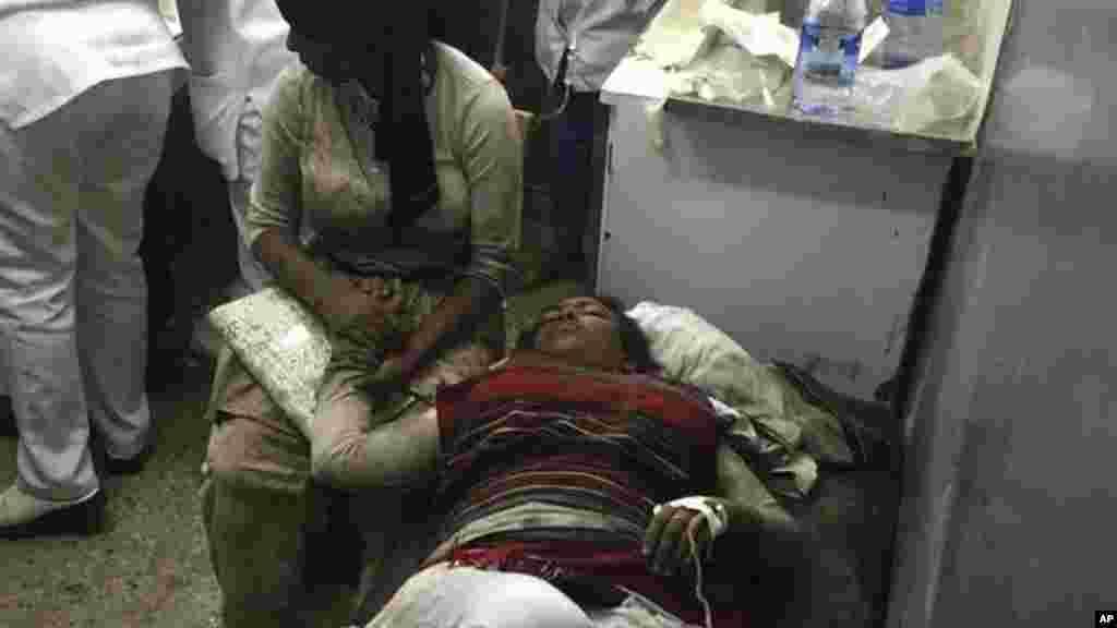 Une femme reçoit des soins médicaux après une bousculade lors du festival à Bishoftu, le 2 octobre 2016.