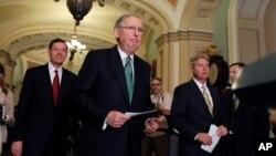 Pemimpin mayoritas Senat AS, Mitch McConnell dan Senator Lindsey Graham (kanan) berbicara kepada media di Gedung Capitol di Washington DC (foto: dok).