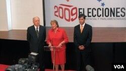 La presidenta chilena Michelle Bachelet vista el centro de prensa desde donde los periodistas siguen el acto electoral en Santiago.