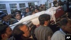 سلمان تاثیر کے جسد خاکی کو لے جایا جا رہا ہے۔