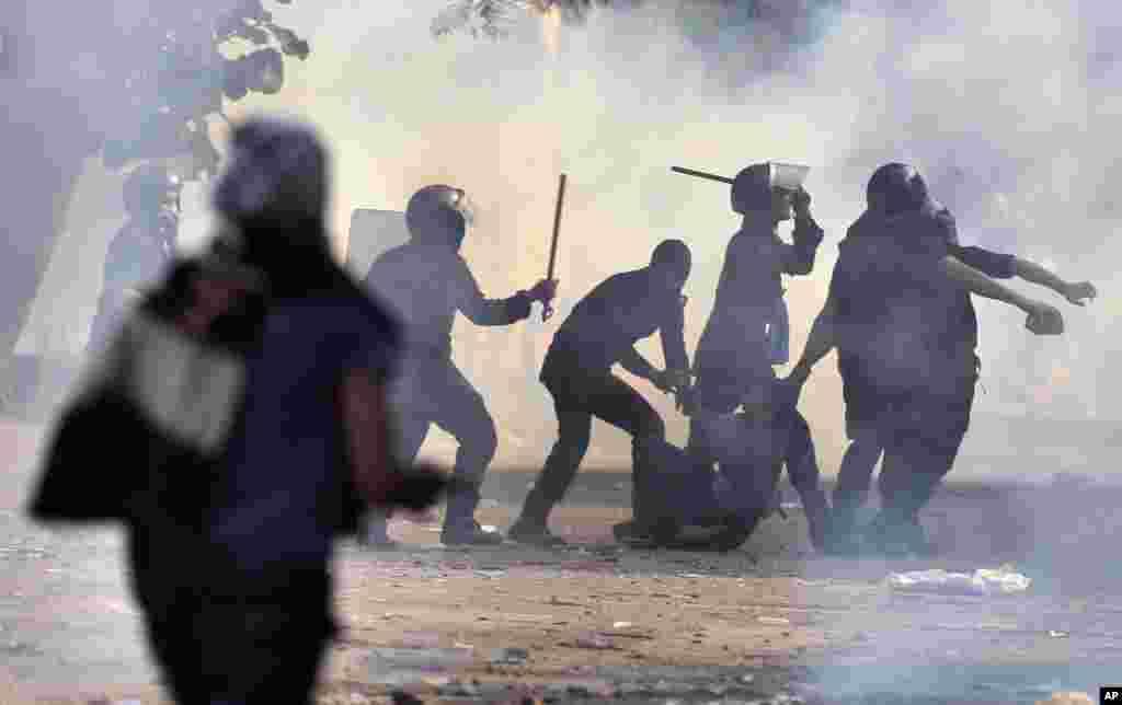 27일 카이로의 티흐리르 광장에서 시위대를 진압하는 군 소속 경찰들.