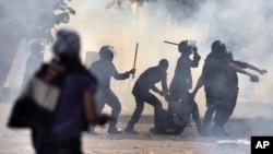 Pripadnici egipatskih snaga bezbednosti hapse jednog od demonstranata tokom današnjih žestokih protesta na trgu Tahrir, u Kairu