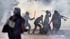 Cảnh sát chống bạo động Ai Cập bắt giữ người biểu tình tại Quảng trường Tahrir, ngày 27/11/2012.