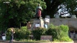 Демонстранти урнаа споменик на Кристофер Колумбо