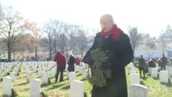 美志愿者向军人墓碑敬献花圈