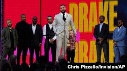 Amigos y familiares observan cómo Drake acepta el premio al artista de la década mientras sostiene a su hijo Adonis Graham en los Billboard Music Awards el domingo 23 de mayo de 2021 en el Microsoft Theatre de Los Ángeles.