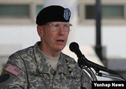 지난 2013년 6월 한국 용산 주한미군사령부 나이트필드 연병장에서 열린 미8군 사령관 이취임식에서 버나드 샴포 신임 사령관이 취임사를 하고 있다.