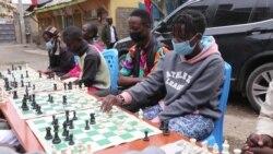 Le jeu d'échecs fait rêver les jeunes des quartiers défavorisés de Nairobi