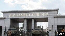 Des soldats des forces de défense du Malawi montent la garde avec des véhicules blindés à l'entrée du parlement malawite.