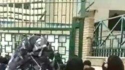 Estudiantes protestan afuera de la Universidad de Arte de Teherán
