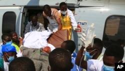 Um dos feridos a ser transportado para Dar Es Salam
