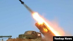 지난해 3월 노동신문에 실린 북한의 포사격 훈련 장면. (자료사진)