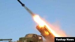 북한이 22일과 23일 강원도 원산 인근에서 동해로 46발의 단거리 로켓을 발사했단. 사진은 지난해 3월 북한 '노동신문'이 공개한 포사격 훈련 장면. (자료사진)