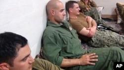 이란 혁명수비군이 억류한 미 해군 병사들의 모습을 13일 웹사이트에 공개했다.