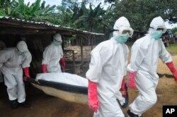 Toán chôn cất khiêng thi thể của một phụ nữ bị nghi đã chết vì Ebola ở Monrovia, Liberia.
