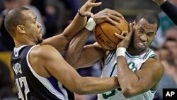 Boston Celtics center Jason Collins (r) struggles for control of the ball with Sacramento Kings' forward Chuck Hayes (42) during the second half of an NBA basketball game in Boston, Jan. 30, 2013.