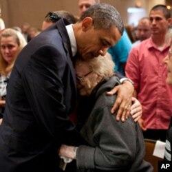 Le président Obama consolant une dame ayant perdu un membre de sa famille dans la tornade ayant dévasté la ville de Joplin dans le Missouri