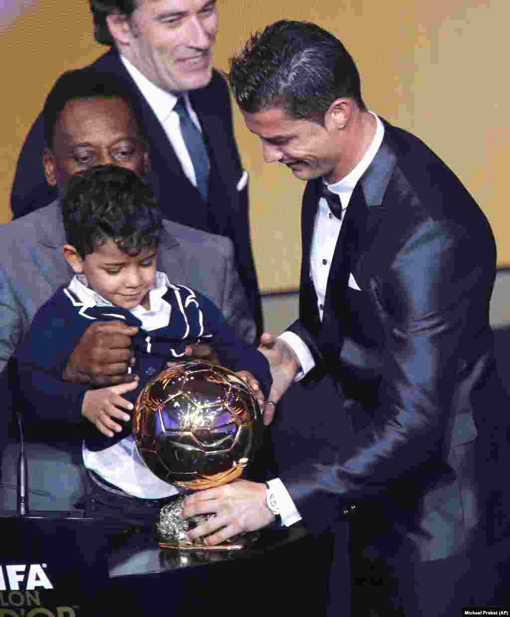 Cristiano Ronaldo recebe a Bola de Ouro com o seu filho Ronaldo Júnior. Gala FIFA Bola de Ouro 2013, Suíça. Jan. 13, 2014