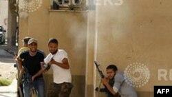 Chiến binh phe nổi dậy Libya tiếp tục chiến đấu để đẩy lực lượng của ông Gadhafi ra khỏi Tripoli