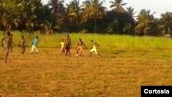 Jovens jogando futebol numa comunidade do Distrito de Moma