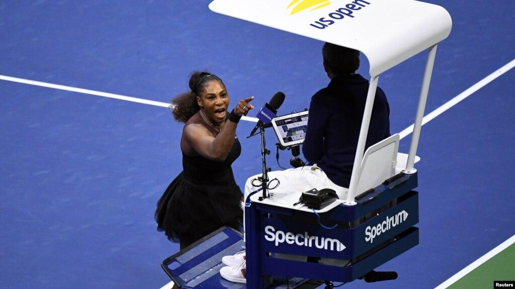 Serena Williams le grita al juez de silla Carlos Ramos en la final femenina contra Naomi Osaka de Japón en el Torneo Abierto de tenis de 2018 en Nueva York, 8 de septiembre de 2018. (D. Parhizkaran / USA Today)