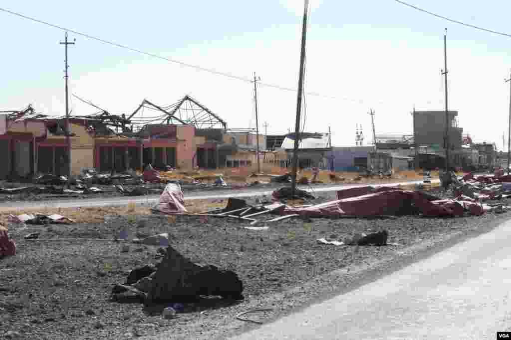 Desa-desa dan kota-kota yang telah ditangkap kembali oleh tentara Peshmerga dan Irak di sekitar Mosul hampir semuanya jadi puing-puing, dan banyak yang belum ditinggali, di Khorsebad, Irak (23/11). (VOA/H.Murdock)