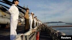 Des membres de l'US Navy américaine dans la baie de Shoalwater en Australie le 4 juillet 2007.