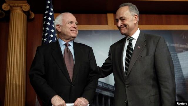 Republikanski senator Džon Mekejn i njegov demokratski kolega Čarls Šumer na konferenciji za novinare na Kapitol Hilu.