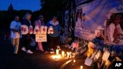 Velas y flores fueron colocadas por admiradores de la fallecida princesa Diana de Gales, frente al Palacio de Kensington en Londres, el jueves, 31 de agosto, 2017, al cumplirse 20 años de su muerte.